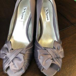 Nina New York Forbes Bow Wrap Peep Toe in Grey